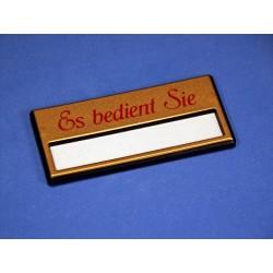 """Namensschild """"Es bedient Sie"""" Modell A34 gold mit Magnetverschluss"""