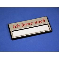 """Namensschild """"Ich lerne noch"""" Modell A34 silber mit Magnetverschluss"""