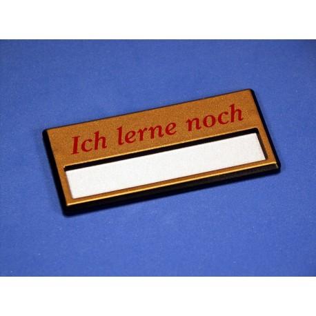 """Namensschild """"Ich lerne noch"""" Modell A34 gold mit Magnetverschluss"""